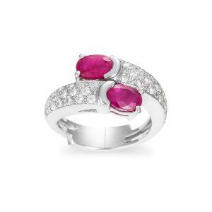 Anillo de Oro Blanco de 1ª Ley tipo Tú y Yo compuesto de dos Rubíes talla oval con brazos de pavé de diamantes.